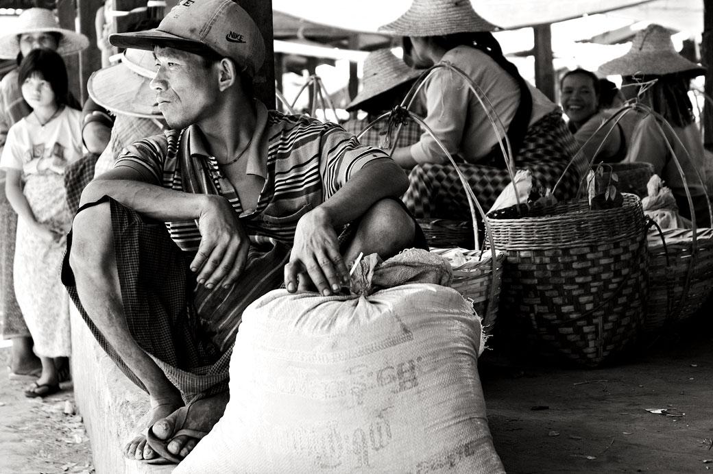 Homme, sac et paniers au marché de Heho, Birmanie