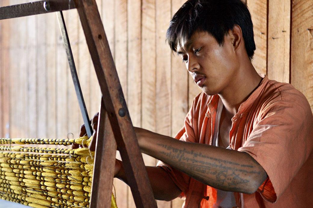 Tisserand au travail au lac Inle, Birmanie