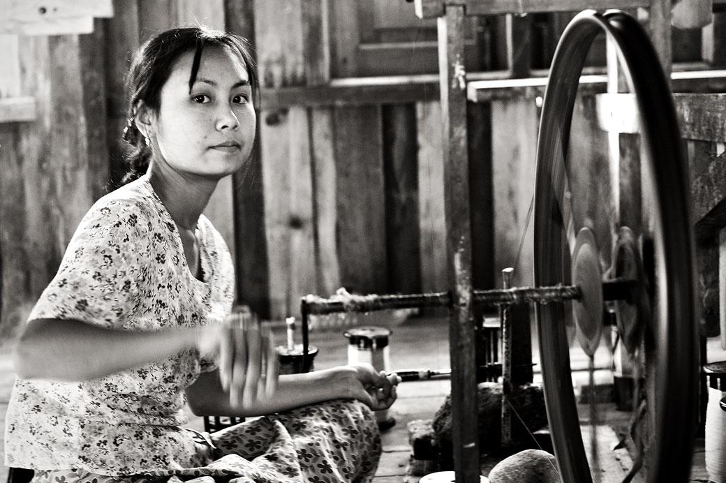 Jeune femme avec un rouet au lac Inle, Birmanie