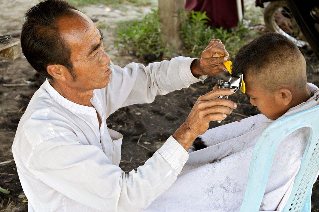 Coiffeur et jeune enfant dans l'état Shan, Birmanie