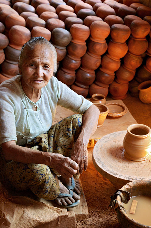 Vieille femme potière avec ses poteries, Birmanie