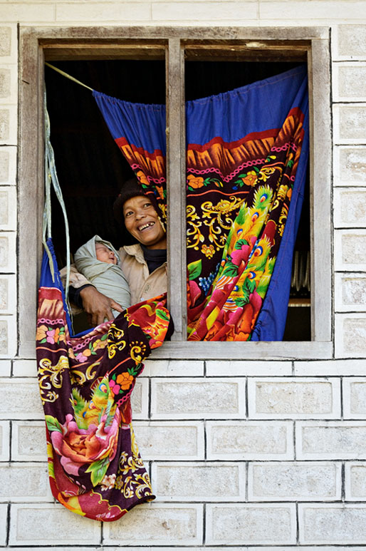 Maman avec son bébé emmailloté à Sagar, Birmanie