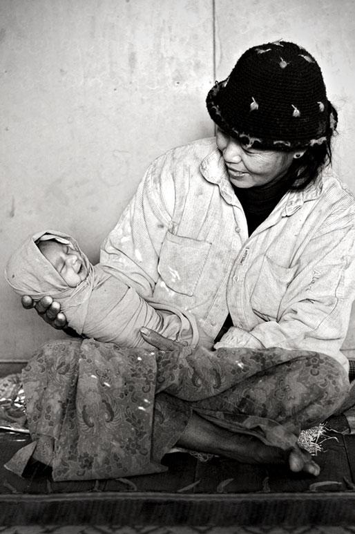 Maman avec son nouveau-né à Sagar, Birmanie