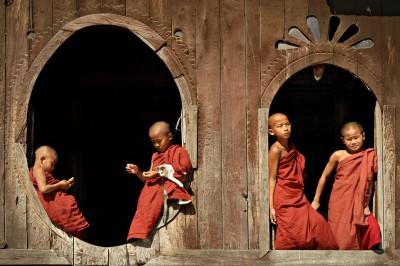 Novices aux fenêtres du monastère Shwe Yaunghwe, Birmanie