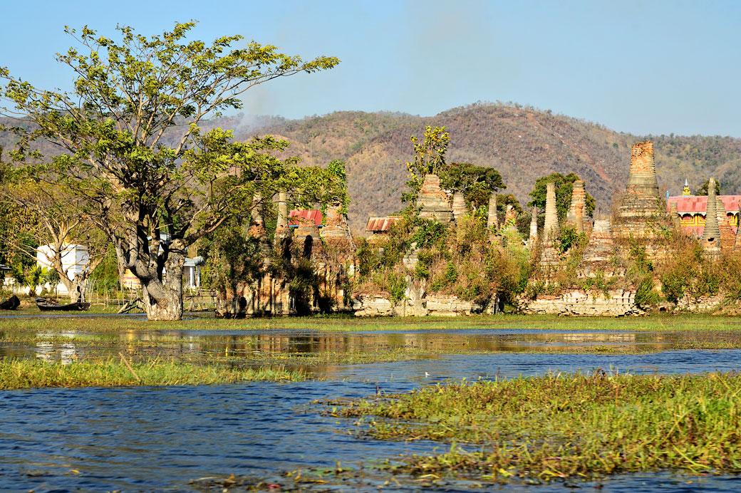 Stupas inondés de Sagar au sud du lac Inle, Birmanie
