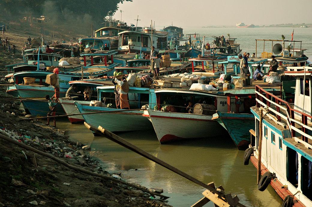 Bateaux au port de Mandalay au petit matin, Birmanie