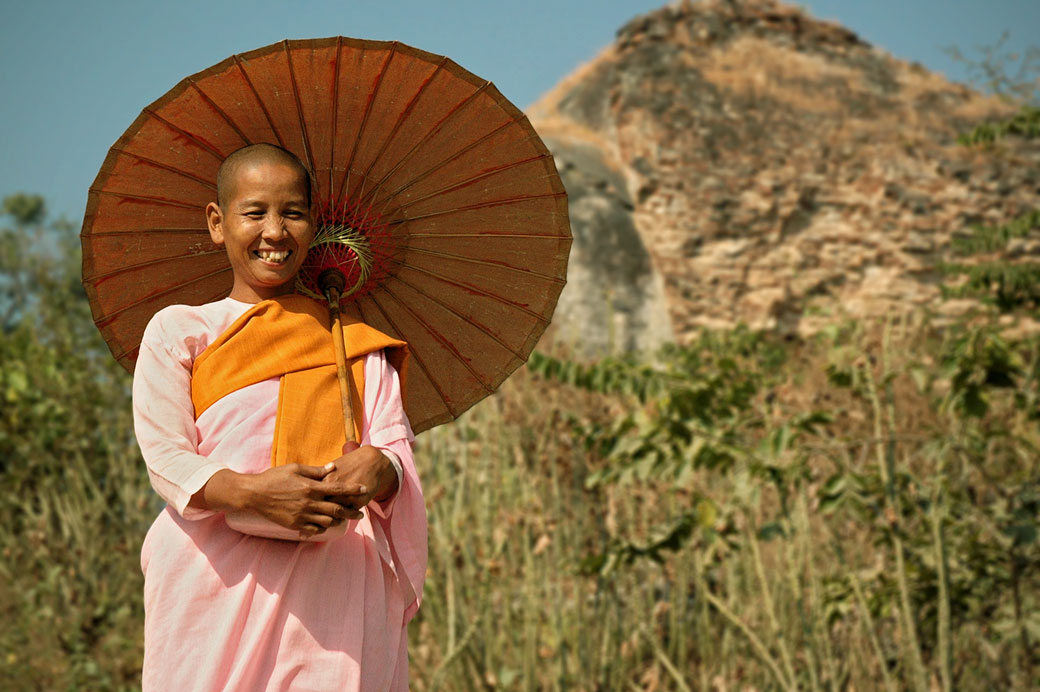 Nonne souriante avec une ombrelle à Mingun, Birmanie