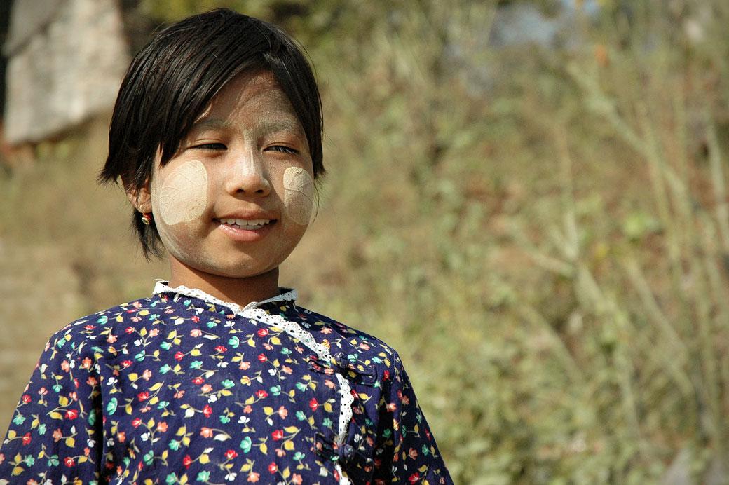 Jeune fille avec du thanaka à Mingun, Birmanie