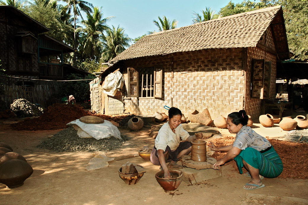 Atelier de poterie à Sagaing, Birmanie