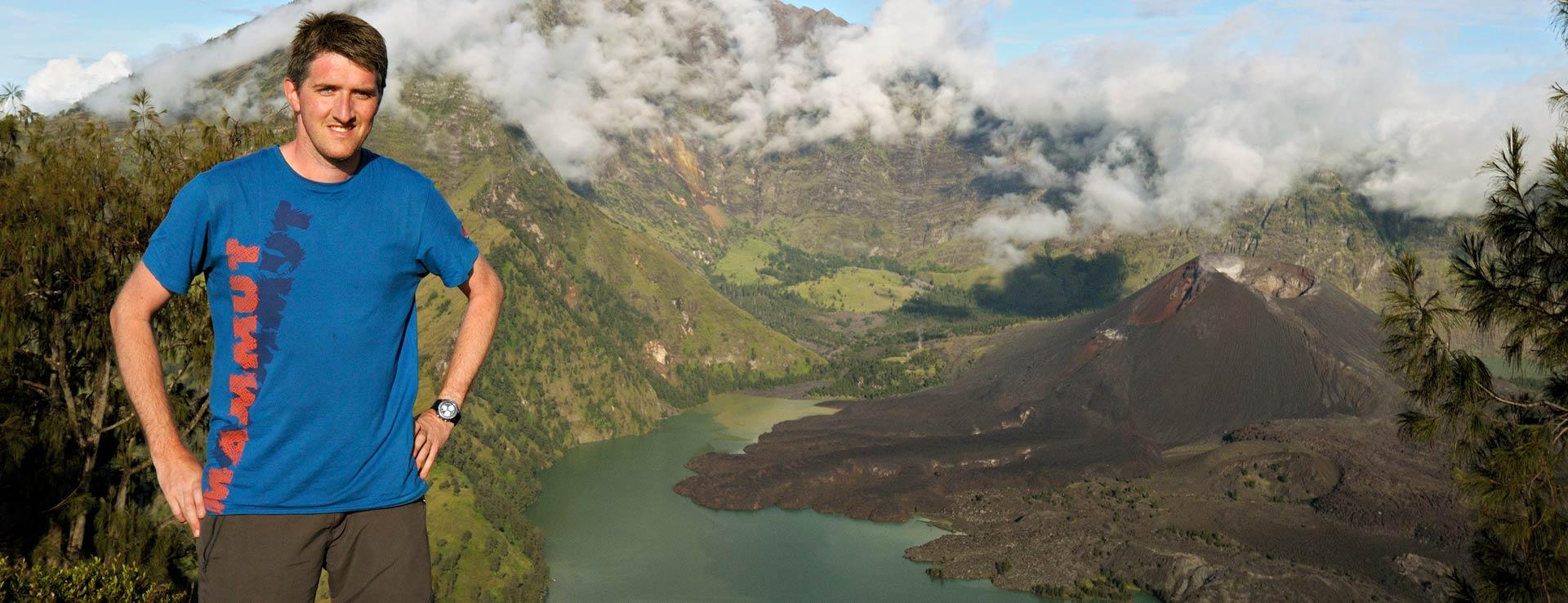 Pascal Boegli au bord du lac de cratère du volcan Rinjani, Indonésie