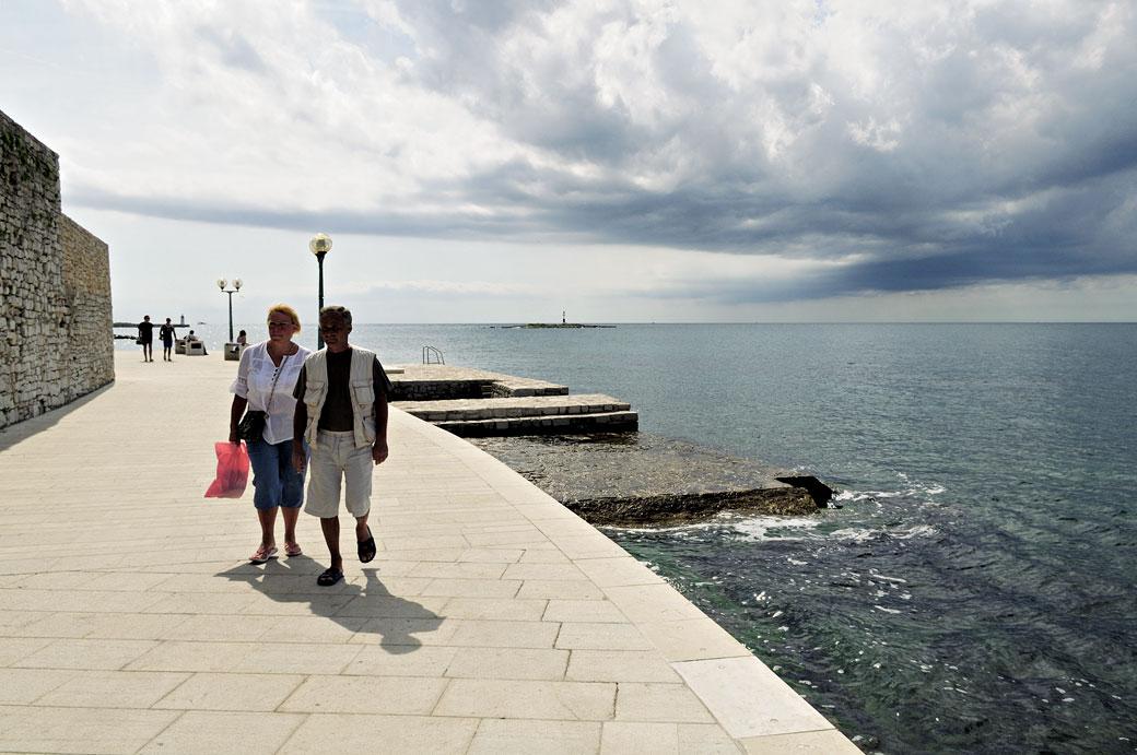 Promenade en bord de mer à Poreč, Croatie