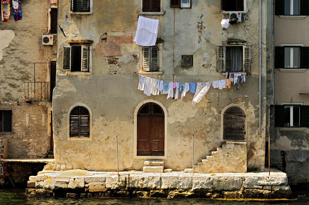 Linge et fenêtres sur la façade d'une maison de Rovinj, Croatie