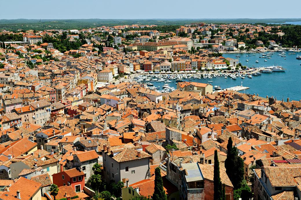 Le port et la vieille ville de Rovinj en Istrie, Croatie