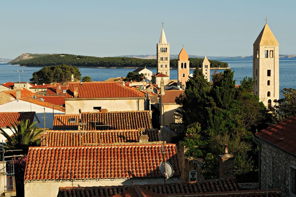Les clochers de la ville de Rab, Croatie