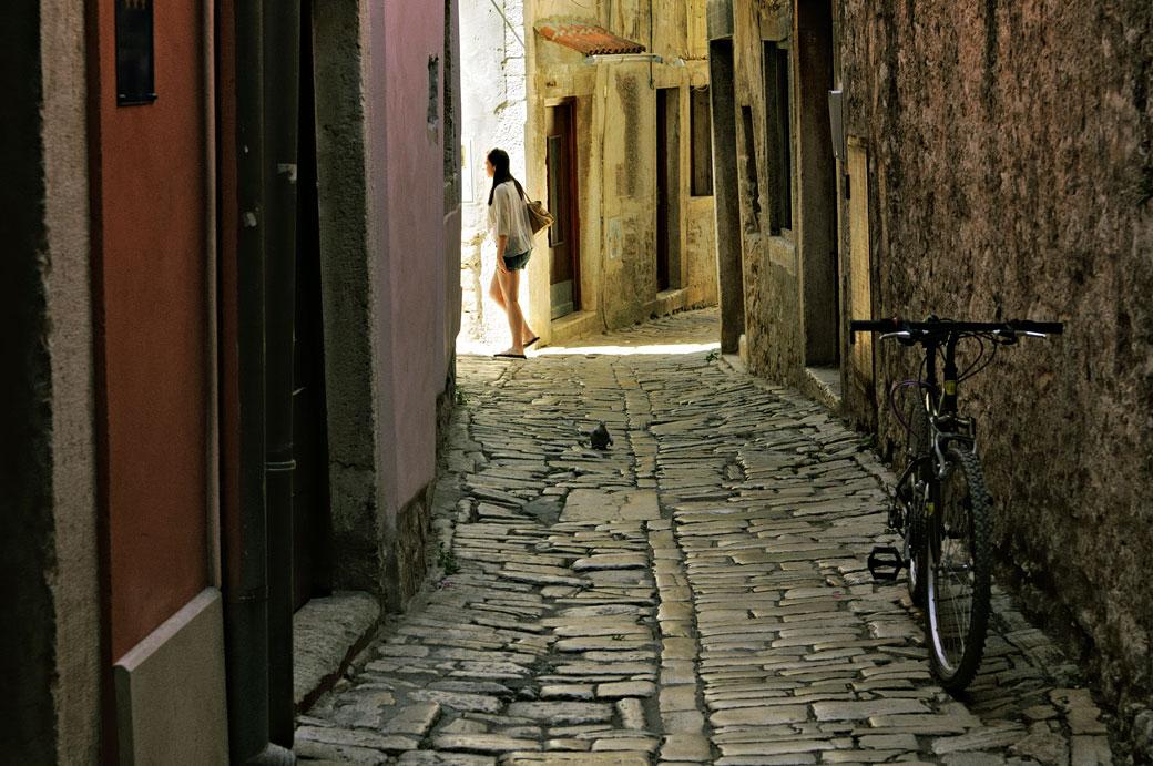 Jeune femme dans une ruelle de la vieille ville de Rovinj, Croatie