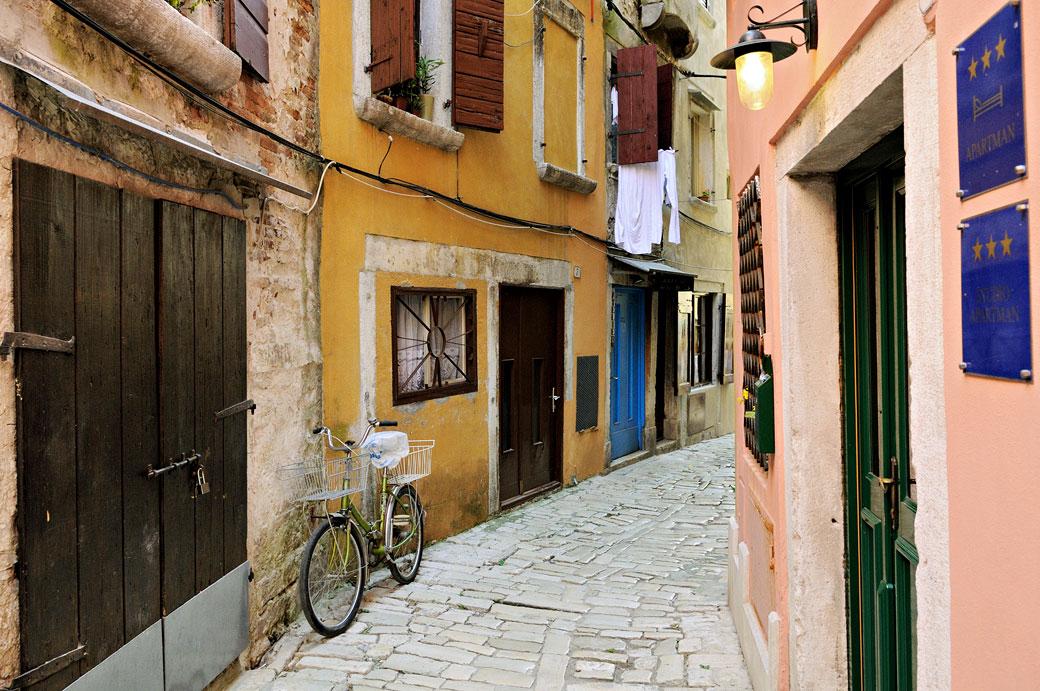 Vélo dans une ruelle colorée de Rovinj, Croatie