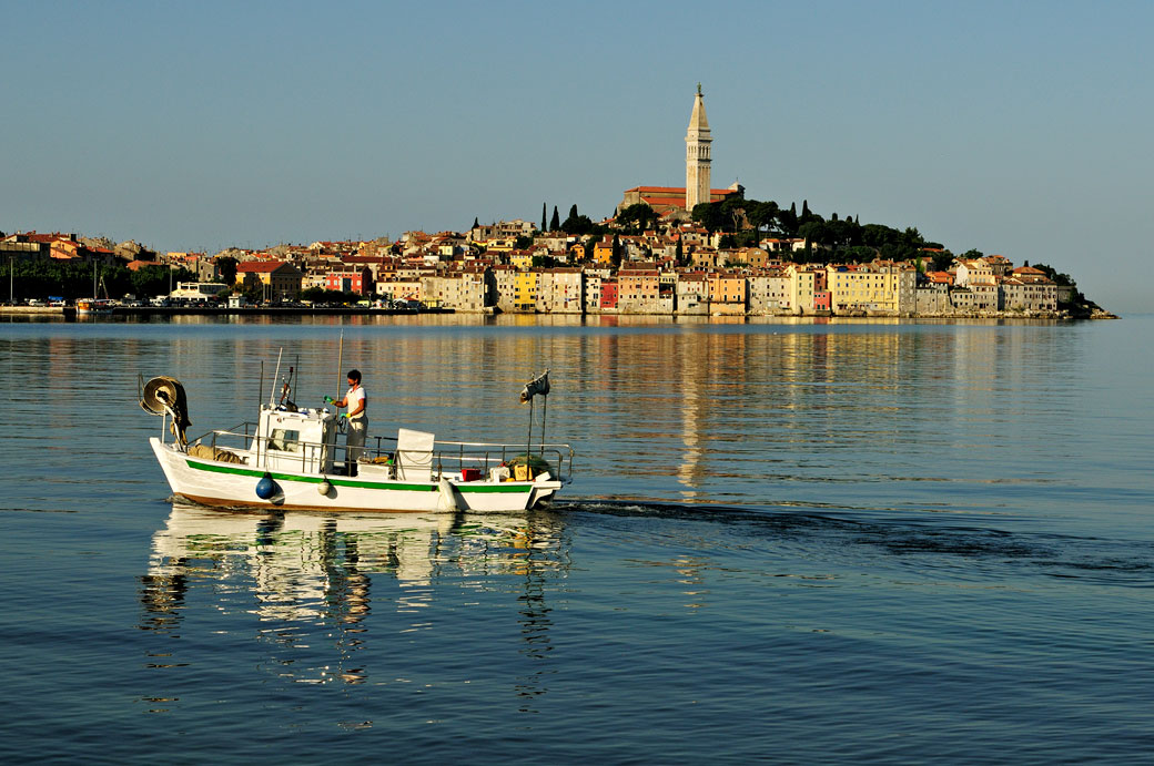 Bateau de pêcheur au large de Rovinj, Croatie