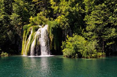 Chute d'eau qui se jette dans un lac, Croatie