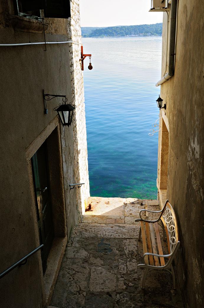 Banc au bord de la mer à Rovinj, Croatie