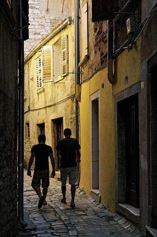 Hommes dans une ruelle de Rovinj, Croatie