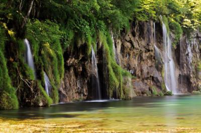 Petites chutes d'eau dans le parc national des lacs de Plitvice