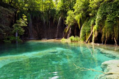 Chutes et petit lac à l'eau cristalline à Plitvice