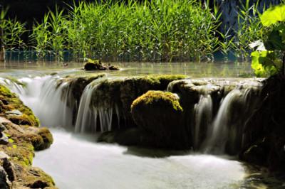 Écoulement d'un lac dans le parc national de Plitvice
