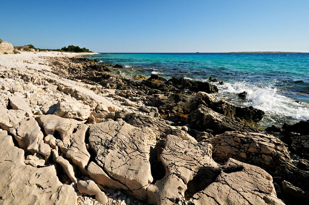 Plage rocheuse sur Dugi Otok, Croatie
