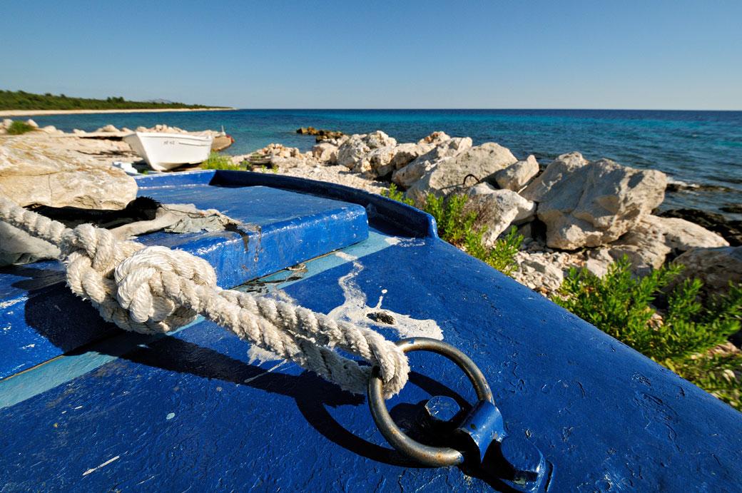 Corde et barque bleue sur Dugi Otok, Croatie