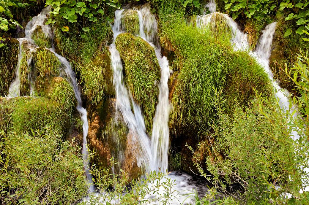 Petites cascades dans le parc national des lacs de Plitvice, Croatie