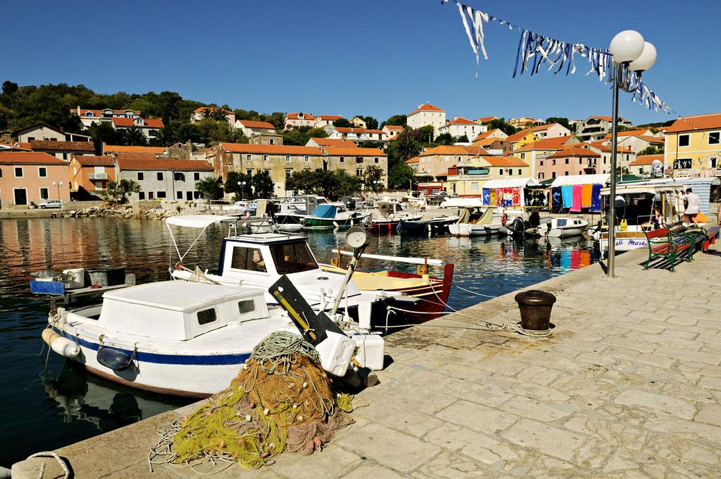 Le village de Sali et son port à Dugi Otok, Croatie