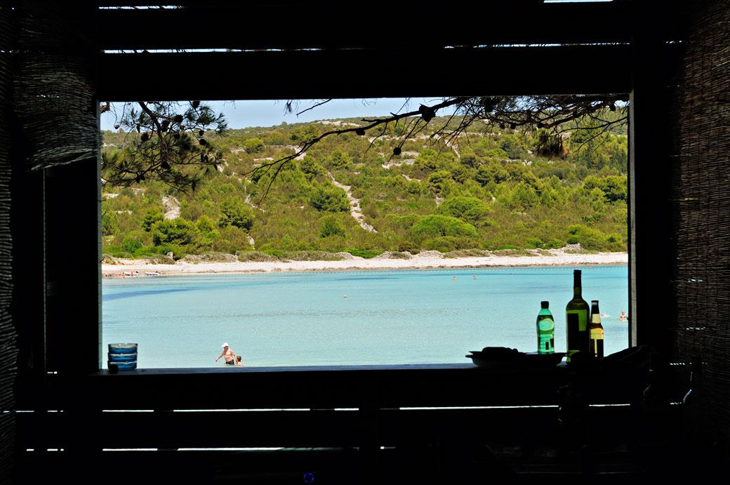 Bar avec vue sur la plage de Sakarun à Dugi Otok, Croatie