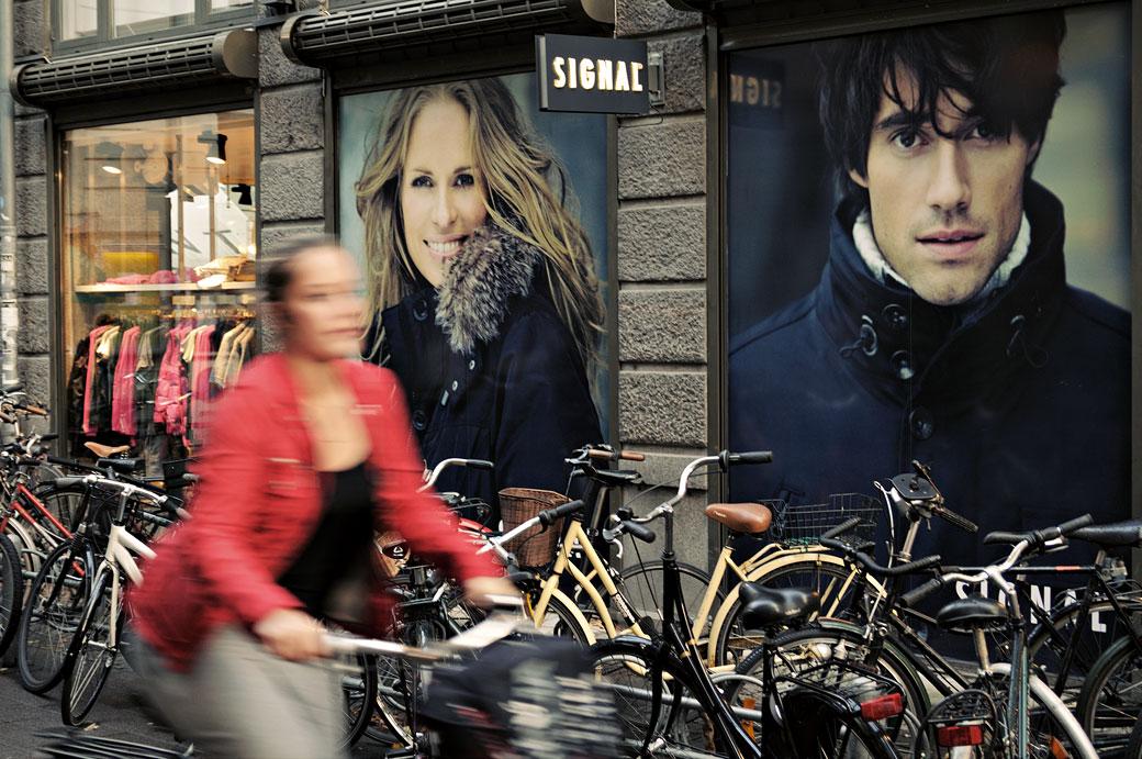 Femme sur un vélo dans une rue de Copenhague, Danemark