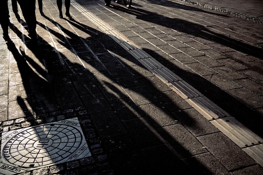 Ombres humaines dans une rue pavée de Copenhague, Danemark