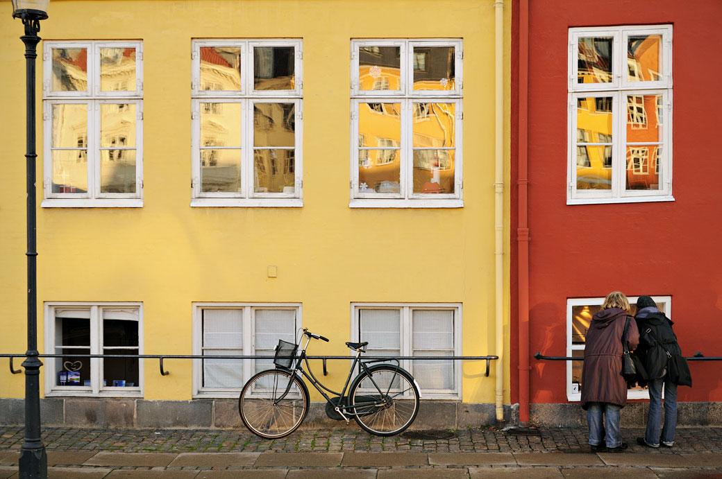 Femmes curieuses dans le quartier de Nyhavn à Copenhague, Danemark