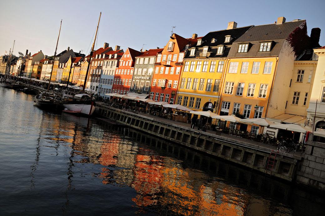 Canal de Nyhavn avec des maisons colorées à Copenhague, Danemark