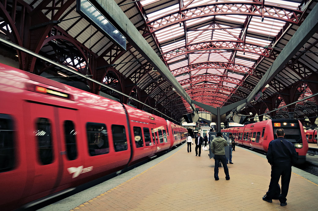 Trains rouges dans la gare centrale de Copenhague, Danemark