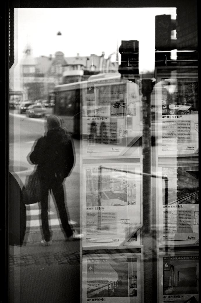 Reflet d'un passant dans une vitrine de Copenhague, Danemark