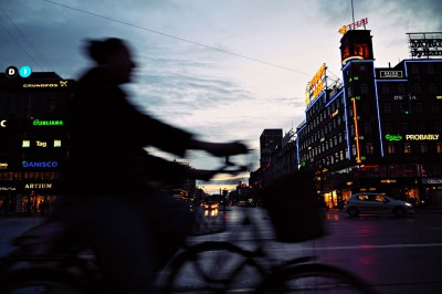 Silhouette de femme à vélo à Copenhague en début de soirée