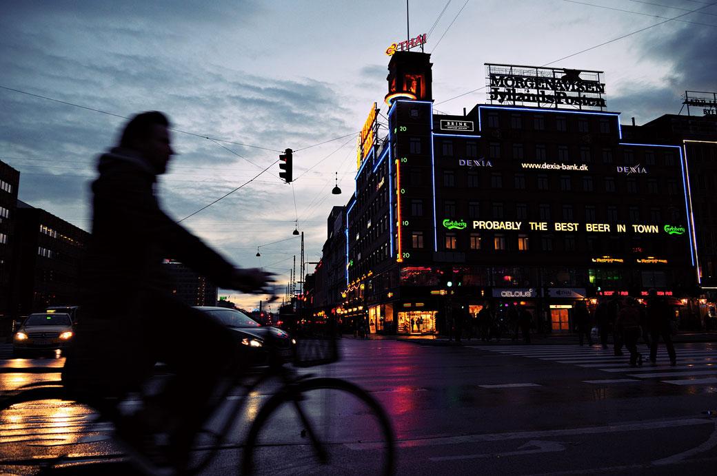 Homme à vélo au centre de Copenhague, Danemark