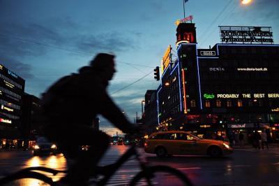 Silhouette d'un homme à vélo au centre de Copenhague