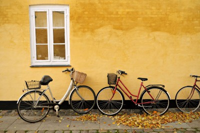 Vélos contre un mur jaune dans le quartier de Brumleby à Copenhague
