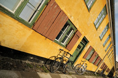Baraquements de maisons aux murs ochre de Nyboder à Copenhague
