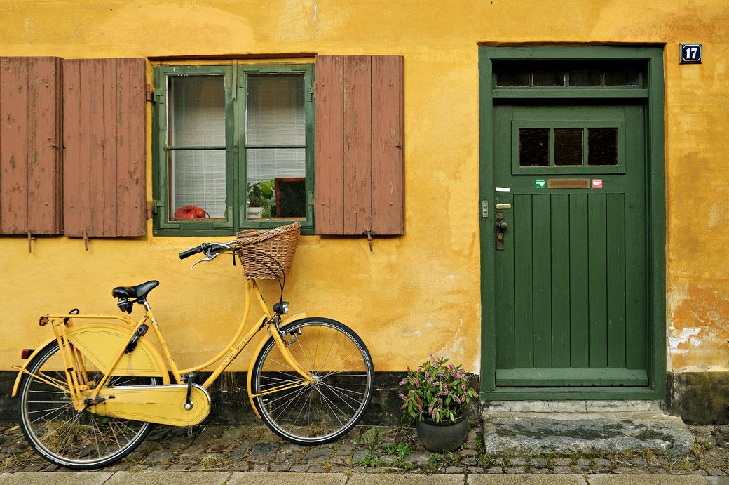 Vélo jaune dans le quartier de Nyboder à Copenhague, Danemark