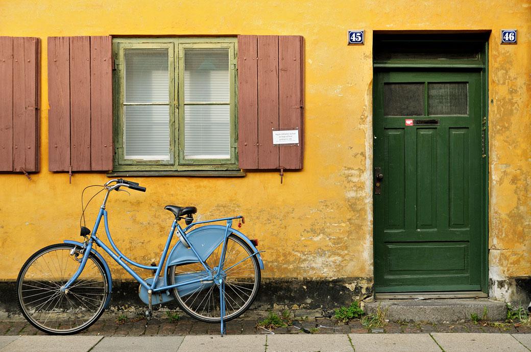 Vélo bleu dans le quartier de Nyboder à Copenhague, Danemark