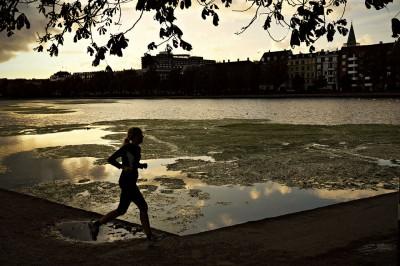 Femme qui pratique le jogging au bord des lacs de Copenhague, Danemark