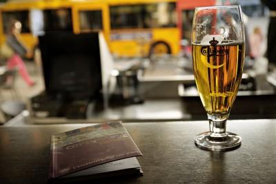Bière pression Carlsberg et guide de voyage de Copenhague, Danemark