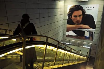 Femme sur un escalator de la station de métro Kongens Nytorv à Copenhague
