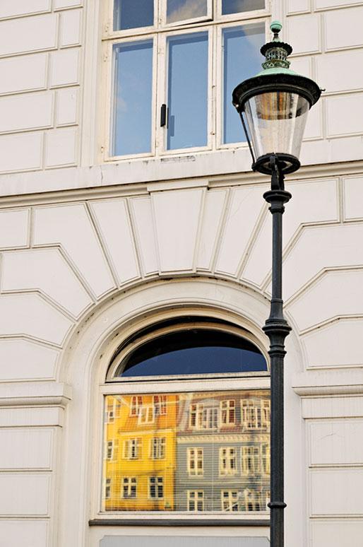 Lampadaire et maisons colorées de Nyhavn à Copenhague, Danemark