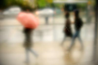 Personnages flous un jour de pluie à Copenhague, Danemark